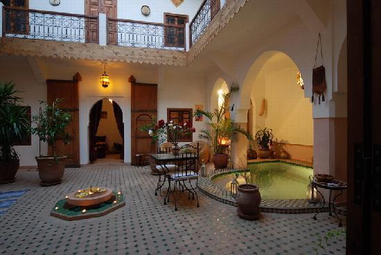 Riad Limouna: Patio avec Piscine sous les arcades