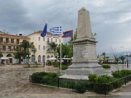 Nauplion Promenade: Platz der Freunde, der Obelisk erinnert an die französische Unterstützung im Befreiungskrieg