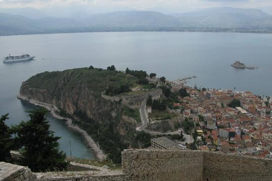 Nafplio, Grécia: Blick von der Palamidifestung auf die Zitadelle Akronauplia und die Hafenfestung Burdzi