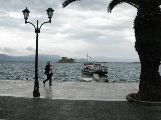 Nauplion Promenade: Hafenpromenade mit Festung Burdzi