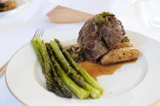 Sunset Ridge Bed and Breakfast: Beef Filet with Asparagus and roasted Fingerling Potatos