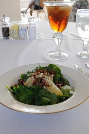 Sunset Ridge Bed and Breakfast: Absolutely deving poached pear salad with blue cheese!