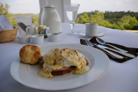 Sunset Ridge Bed and Breakfast: Eggs Benedict with Canadian Bacon