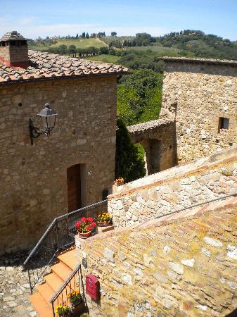 Castello di Monteliscai: castle courtyard