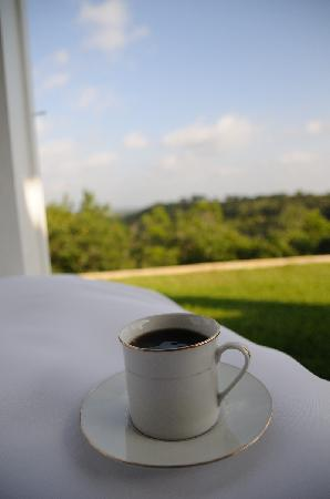 Sunset Ridge Bed and Breakfast: Enjoy coffe and breakfast with a lovely view of the valley.