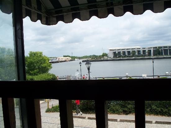 The Cotton Exchange Tavern & Restaurant: window by our table2