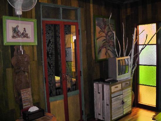 Varinda Garden Resort: TV and door to 1st room