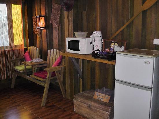 Varinda Garden Resort: Microwave, Fridge and tea making equipment