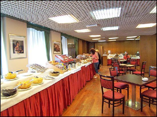 Breakfast buffet picture of una hotel century milan for Best breakfast milano