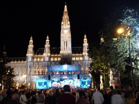 Rathaus Wien bei der Festwocheneröffnung