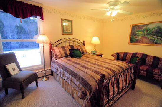 Weathertop Mountain Inn: The Queen Bedded Lewis Room