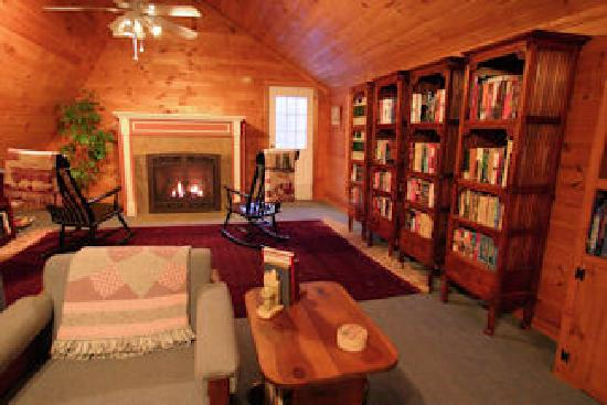 Weathertop Mountain Inn: Relax in the Library