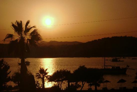 Tropicana Beach Hotel : Sunset from the balcony every night - Marvellous.