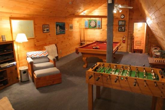 Weathertop Mountain Inn: How about a game of pool?