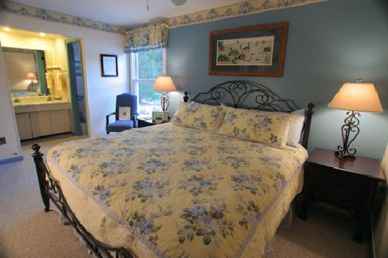 Weathertop Mountain Inn: The King Bedded Frost Room