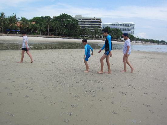 Anantara Hua Hin Resort : Kinder spielen am Hotelstrand