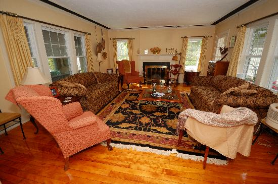 Howarth House Bed & Breakfast : An evening in the living room is a great way to meet new friends.