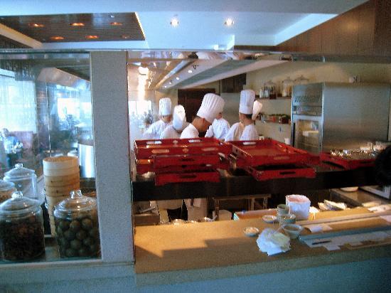 Sha Tin 18 - Hyatt Regency Hong Kong, Sha Tin: Chefs working in the kitchen