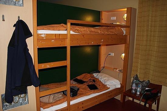 INOUT Hostel: 木製2段ベッド