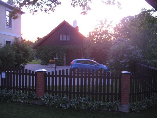 Livonija: The back house at sunset