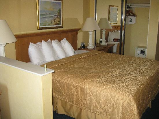 Quality Inn & Suites Hermosa Beach: Comfy Bed with fluffy pillows