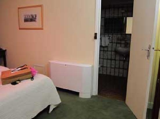 Hotel Pas de Calais: looking into bath