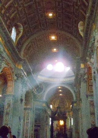 บาซิลิกาของเซนต์ปีเตอร์: Inside Basilica di San Pietro