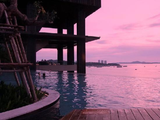 Hilton Pattaya : swimming pool evening