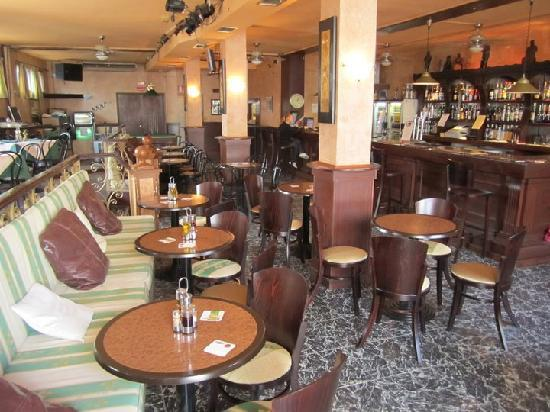 Premier Bar & Restaurant : Bar area