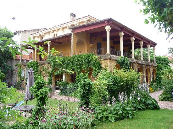Villa Lafabregue: Side view - lovely even in the rain!