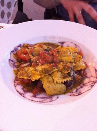 Restaurant La Prua: Ravioli ripieni di polpo e patate saltati con pinoli, olive taggiasche, maggiorana e pomodorini