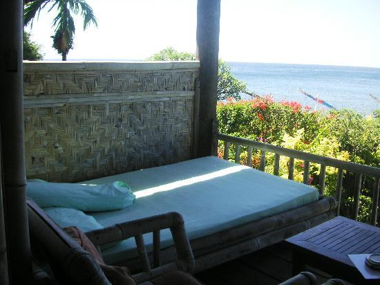 Meditasi Bungalows: Day bed on the balcony
