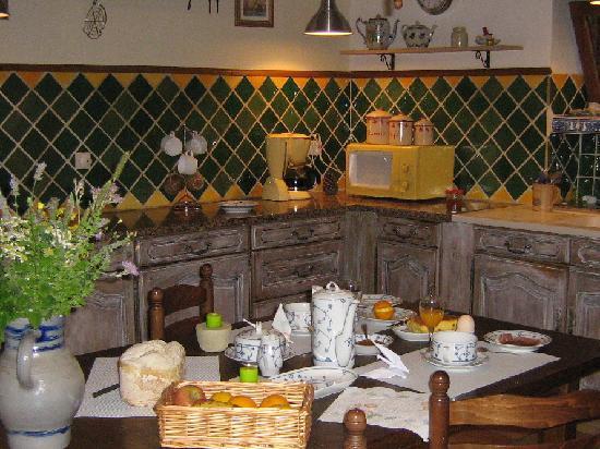 Chambre D'hotes La Croix D'helene : Petit déjeuner dans la cuisine
