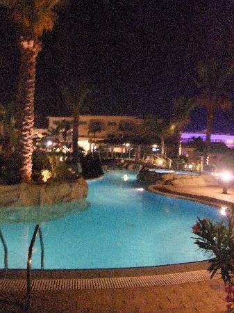 Tasia Maris Gardens Apartments : Pool at night