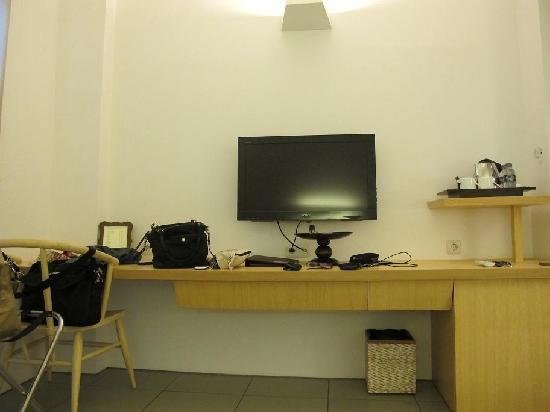Hummingbird: sony flat TV, and hot water kettle + tea, coffee, water bottle
