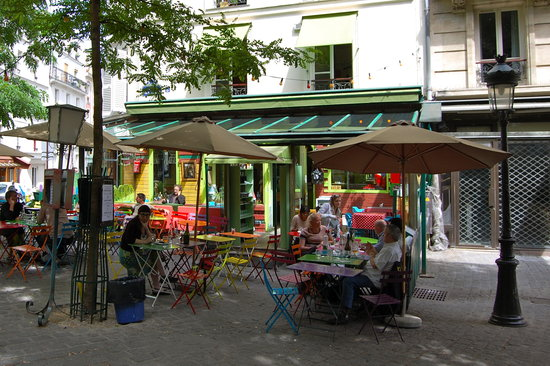 L'Ete en Pente Douce: outdoor cafe tables