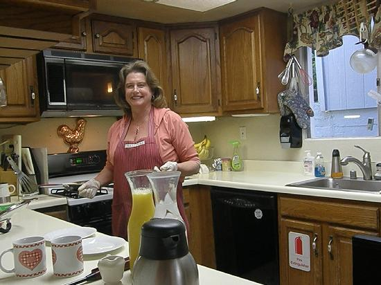 Butterfield Bed and Breakfast: Dawn preparing a fabulous breakfast at Butterfield B&B, Julian, Ca.