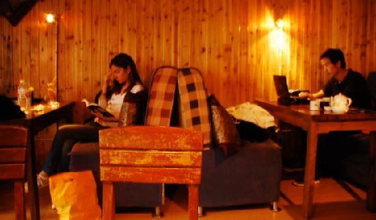 Noah Cafe & Inn : Lounging with free wifi