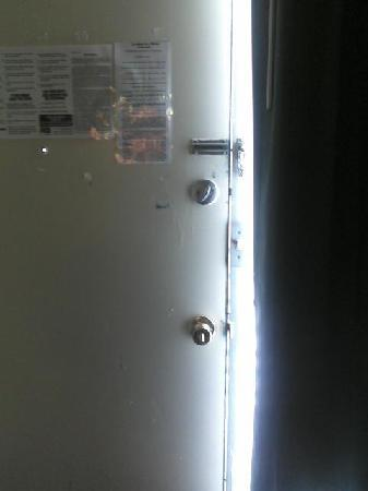 Motel 6 Valdosta: No security locks. Can be picked and broken.