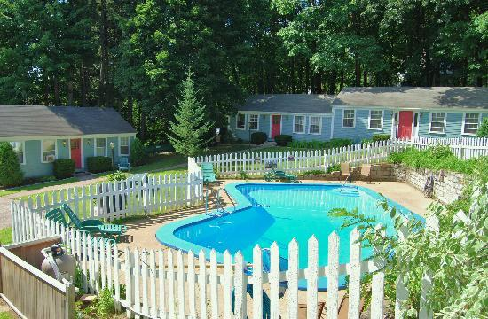 Oxen Yoke Inn, Motel & Cottages: Oxen Yoke Cottages & Pool