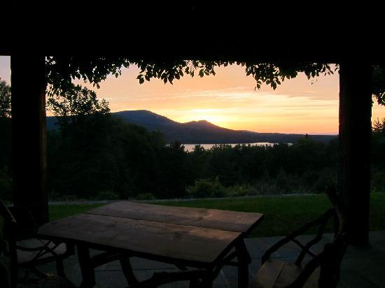 Ashokan Dreams Bed and Breakfast: 5am from the reservoir suite