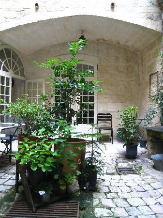 L'Albiousse : breakfast courtyard