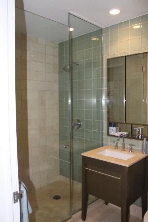 1600 Broadway on the Square: Vista primo bagno con superdoccia