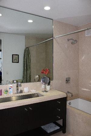 1600 Broadway on the Square : Vista secondo bagno con vasca