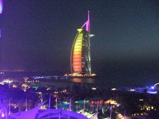 Jumeirah Beach Hotel: NITE VIEW FROM BALCONY