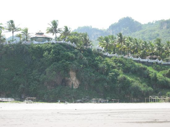 Parangtritis, Indonesia: Queen of the South Hotel from the beach