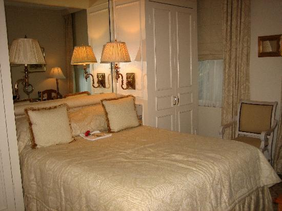 The Chesterfield Palm Beach: Beautiful, luxurious bedding! The sheets are SO soft!