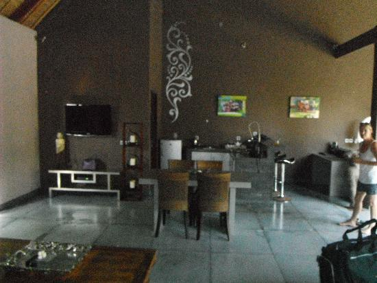 إنديانا كينانجا لوكشري فيلاز سبا آند: living area and kitchenette