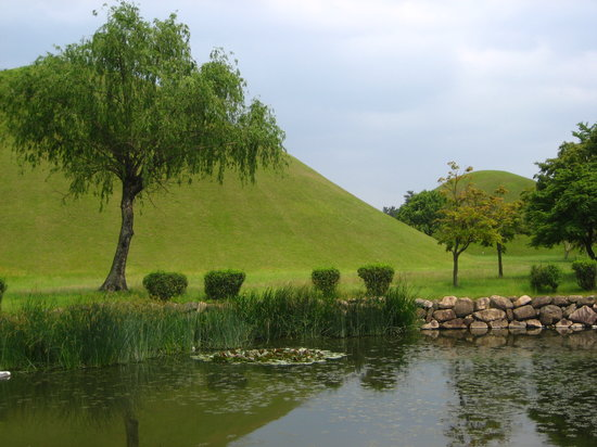 Gyeongju, Sydkorea: Tumuli Park's royal tomb mounds