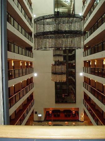 Maritim Hotel Dresden: Blick vom Fahrstuhl ins Foyer
